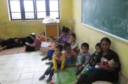 Người dân được di dời đến trường Tiểu học xã Hưng Lộc, huyện Hậu Lộc.