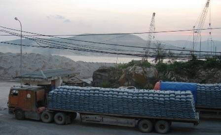 Hàng nghìn tấn xi măng ùn ứ dọc tuyến đường vào cảng.