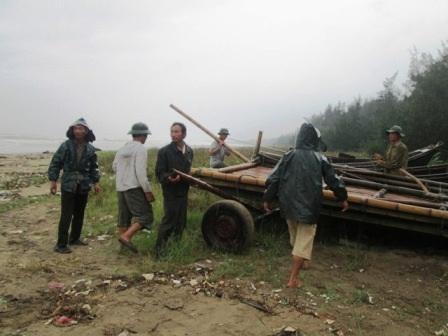 Người dân huyện Quảng Xương di chuyển tàu thuyền đến nơi an toàn.