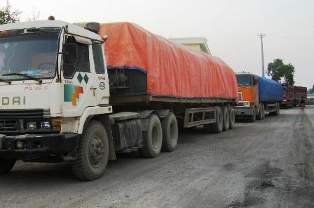 Các doanh nghiệp vận tải bức xúc vì hàng không được thông qua cảng.
