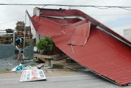 Nhiều ngôi nhà bịđổ sập, tốc mái.