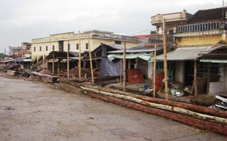 Hàng trăm hộ dân sống ven mép nước đã di dời đến nơi an toàn.
