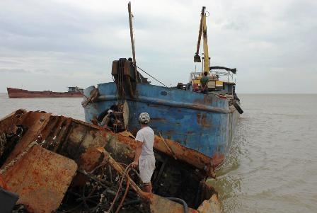 Các phương tiện trục vớt và lực lượng chức năngđangđưa con tàu bị chìm vào bờ.