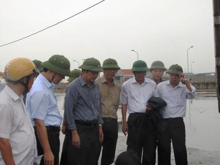 Bộ trưởng Bộ NN&PTNT Cao Đức Phát chỉ đạo chống bão tại Nga Sơn, Thanh Hóa (Ảnh: Duy Tuyên).