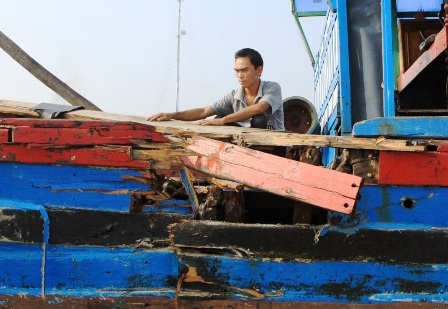 Con tàu bị đâm hư hỏng nặng, thiệt hại ước tính khoảng 300 triệu đồng.