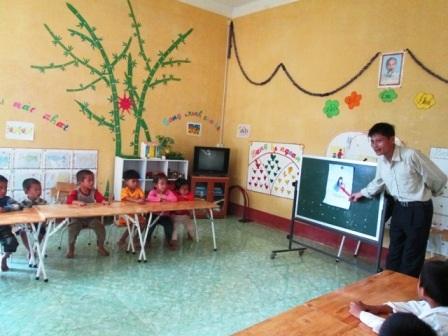 Niềm vui mỗi ngày của thầy Hướng là được đến trường với lũ nhỏ.