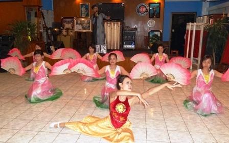 Các nghệ sĩ đến từ Việt Nam mang lời ca tiếng hát đến với kiều bào Việt Nam tại Lào.