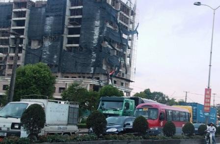 Vụ tai nạn khiến QL1A bị ách tắc trong một thời gian.