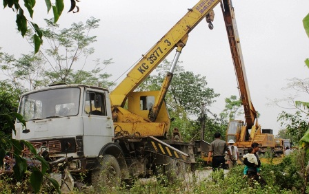 Hai chiếc xe chuyên dụng trọng tải lớn đến giải cứu chiếc xe tải