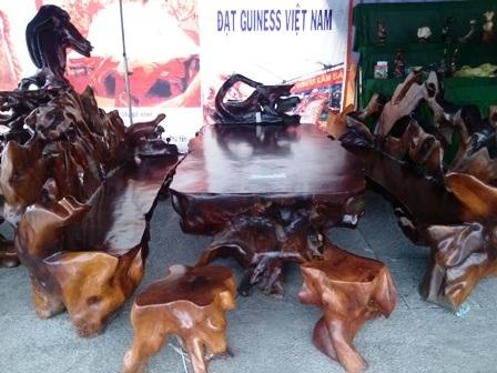 Bộ bàn ghế bằng gỗ hương có giá 220 triệu đồng.