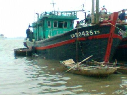 Tàu Hải Đông 27 gặp nạn đã được các ngư dân Hoằng Trường lai dắt hơn 130 hải lý vào bờ an toàn.