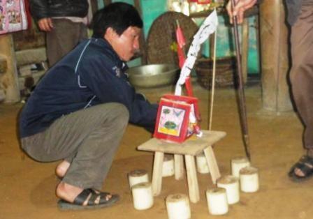 Bàn thờ được lập giữa nhà để thờ cúng.