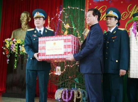 Sau buổi nói chuyện, Thủ tướngtặng quà cho các cán bộ chiến sĩ Trung Đoàn Không quân 923