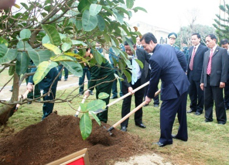 Thủ tướng trồng cây lưu niệm trong khuôn viên của Trung đoàn không quân 923
