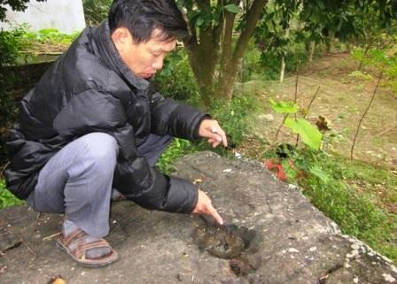 Anh Toản chỉ dấu chân trên tảng đá và khẳng định ở đây không hề có yếu tố thần thánh.