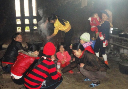 Phụ nữ không được tham gia trong lễ cúng Tết nhảy trên nhà mà chỉ phục vụ và ăn tết dưới bếp.