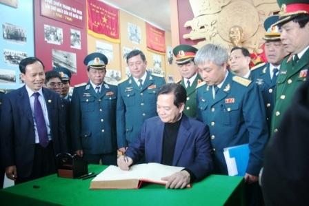 Thủ tướng ghi lưu niệm vào sổ truyền thống của Trung đoàn không quân 923