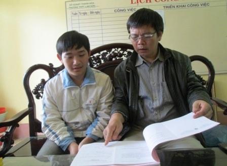 Nguyễn Huy Dũng cùng thầy giáo hướng dẫn đội tuyển Toán của em.