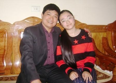 Em Nguyễn Thị Như Quỳnh bên người cha của mình.