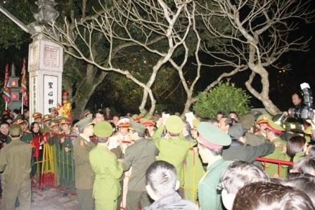Trèo lên cây để xem các nghi lễ.