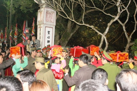 Lực lượng bảo vệ phải đứng xung quanh rào chắn thành vòng bảo vệ nơi diễn ra nghi lễ.