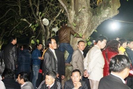 Mặc dù chỉ có những người có giấy mời mới được vào trong đền nhưng lượng người vẫn rất đông.
