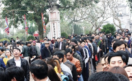 Đền Thiên Trường được khách xếp hàng ngay ngắn và không hề có tình trạng xô đẩy.