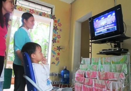 Doanh đọc thông thạo những chữ chạy trên ti vi.