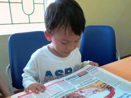 Những chữ nhỏ trên tờ báo, cậu bé cũng đọc rất rõ ràng.