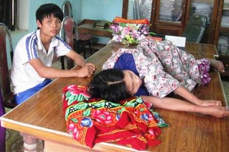 Thai phụ nằm lại bàn làm việc của Chủ tịch xã