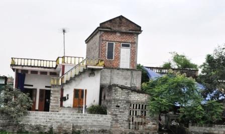 Ngôi nhà hung thủ (bên trái) nằm sát cạnh nhà nạn nhân