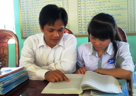 Em Lê Thị Tuyến cùng thầy giáo hướng dẫn môn Lịch sử.