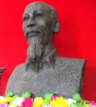 Bức tượng Bác nặng 3,7 tạ, cao 1,3m.
