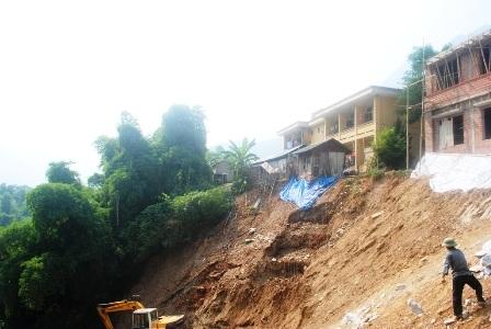 Nhiều hộ dân, công trình nằm trong vùng có nguy cơ ảnh hưởng bởi sạt lở đất và lũ ống, lũ quét.