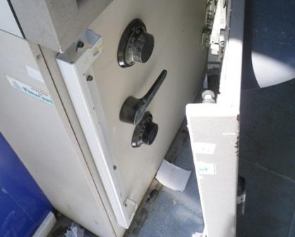 Nắp ngoài của máy ATM đã bị các đối tượng cạy ra.