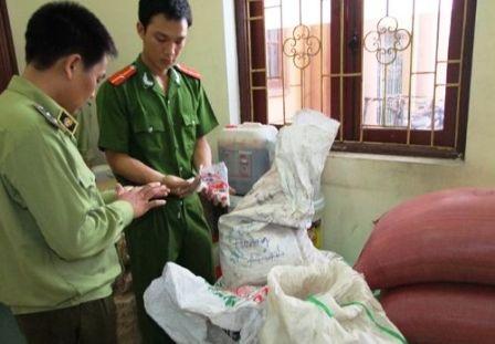 Lực lượng chức năng kiểm tra số tang vật thu giữ tại cơ sở nói trên.