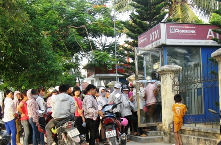 Những ngày nhận lương qua thẻ ATMđối với công nhân là những ngày vô cùng vất vả.