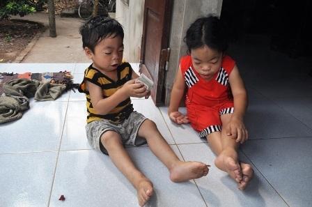Hàng ngày hai chị em Loan và Duy quanh quẩn chơi với nhau.