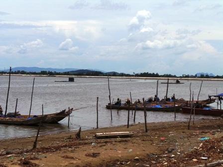 Đây là những chiếc bè mà người dân xã Quảng Nham, huyện Quảng Xương dùngđểđi cào ngao.