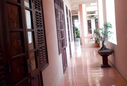 Dọc hành lang nơi phòng làm việc của lãnhđạo Huyệnủy có bột trắng xuất hiện.
