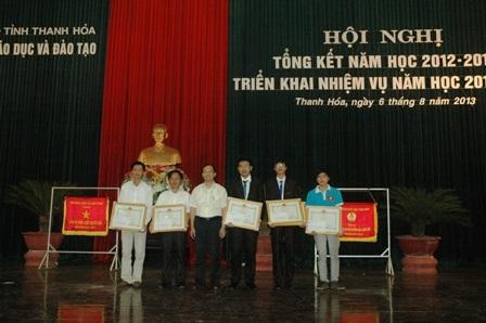 Chủ tịch UBND tỉnh Thanh Hóa trao bằng khen và phần thưởng cho các em học sinhđạt giải.