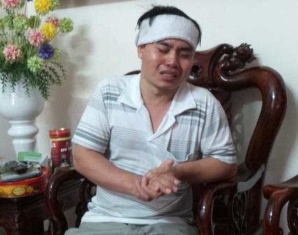 Anh Lê Văn Lương khóc thương vợ.