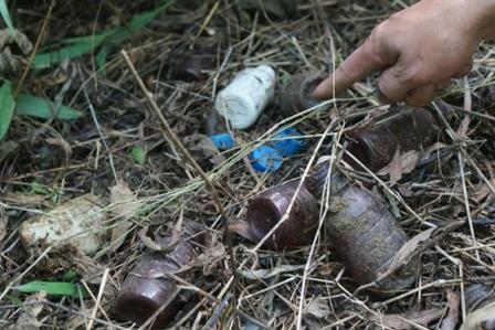 Một số tang vật người dân thu được trong chiều ngày 10/9 phía chân núi cạnh công ty.