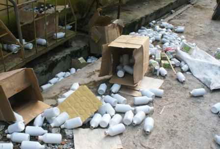 Phía trong nhà xưởng có rất nhiều chai lọ không nhãn mác, không còn nắp đậy.