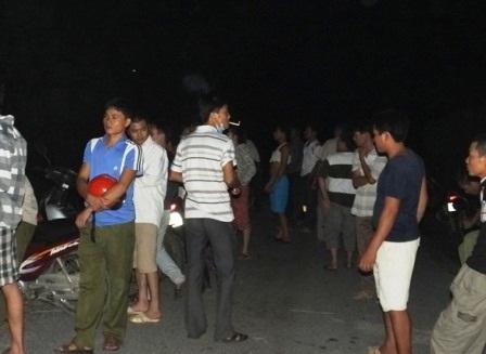 Hàng trăm người dân có mặt tại hiện trường ngay sau khi nghe tin có người đột nhập công ty.