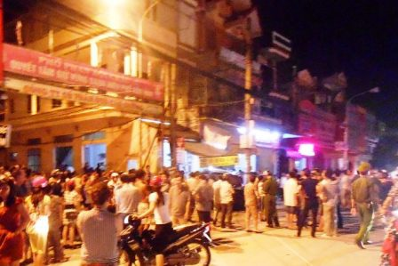 Hàng trăm người dân tập trung xem vụ việc khiến đoạn đường ách tắc.