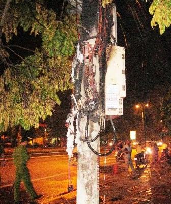 Cột điện trước số nhà 134, đường Quang Trung bị cháy rụi, các thiết bị điện hư hỏng hoàn toàn.