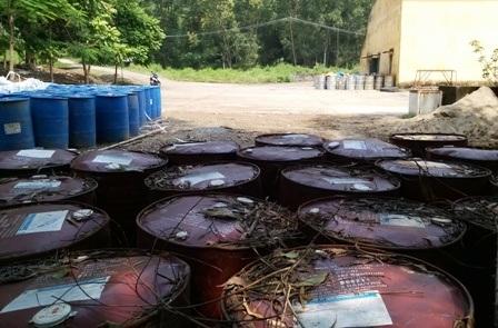 Những thùng chứa hóa chất vẫn nằm trong khuôn viên nhà xưởng Cty Thanh Thái.