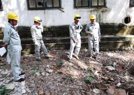 Cán bộ của đơn vị thi công xuống thực nghiệm hiện trường.