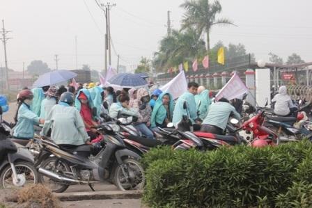 Hàng trăm công nhân đình công đòi quyền lợi trước công ty ADM21 sáng ngày 14/10